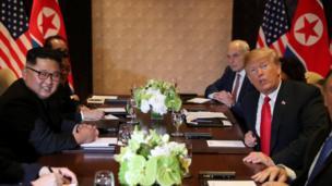 رهبران آمریکا و کره شمالی بعد از ملاقات دو نفره، در جمع هیئت ارشد مذاکرهکننده دو کشور با هم جلسه داشتند.