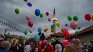 أطفال يطلقون بالونات للاحتفال ببداية شهر رمضان المبارك الإسلامي في سراييفو، البوسنة والهرسك