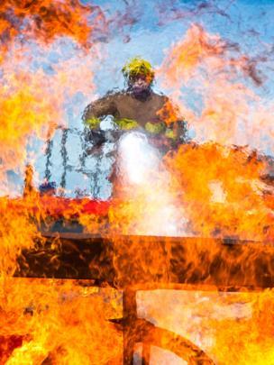 Bombero apagando incendio.