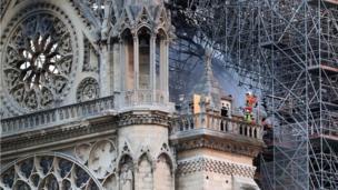 Un bombero analiza el daño en la catedral de Notre Dame