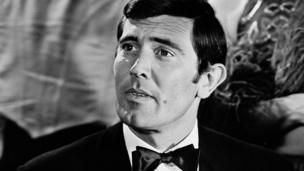 George Lazenby, 2ème James Bond, était un mannequin puis acteur australien, fan de l'univers du film.