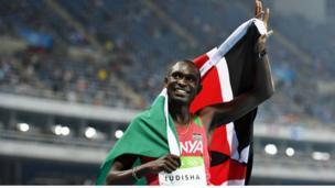David Rudisha akiipeperusha bendera ya Kenya mda mfupi baada ya kushinda mbio za mita 800 upande wa wanaume katika michezo ya Olimpiki ya Rio