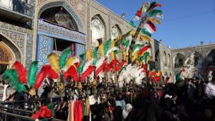تعویض پرچم گنبد حرم امام رضا (امام هشتم شیعیان) در مشهد