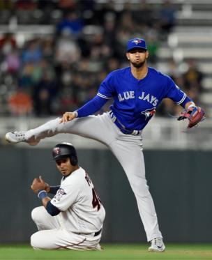 Gregorio Petit dari Minnesota Twins keluar di base kedua selama pertandingan baseball melawan Toronto Blue Jays di Minneapolis. Blue Jays mengalahkan Twins 7-4.