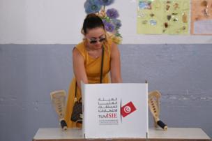 سيدة تونسية تدلي بصوتها في الانتخابات.