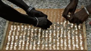 """Les quelques 900 000 électeurs gambiens n'ont pas utilisé des bulletins de votes, mais des billes. Ce système instauré dans les années 60 est, selon les autorités, """"fiable et économique"""""""