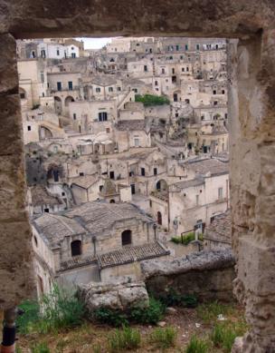Techos en Matera, Italia. Son casas viejas, hechas de piedra y con tejas de barro que parecen estar acumuladas una sobre la otra.