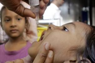 અમદાવાદમાં પોલિયો રસી પીતી એક બાળકી