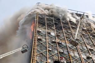 مبنى تجاري تلتهمه النيران في طهران.