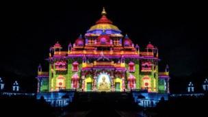દિવાળીની રાત્રે રોશનીથી શણગારાયેલું ગાંધીનગર સ્થિત અક્ષરધામ મંદિર