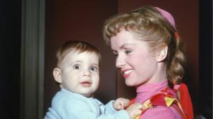 دبی رینولدز و کری فیشر نوزاد