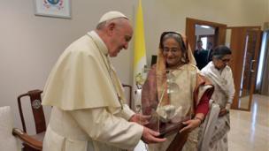 Pope Francis meets Bangladeshi Prime Minister Sheikh Hasina (C) at the Apostolic Nunciature in Dhaka