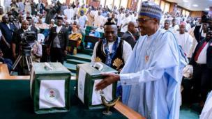 Shugaban Najeriya Muhammadu Buhari yayin da yake gabatar da kasafin kudin shekarar 2018 a zauren majalisar dokokin kasar ranar Talata