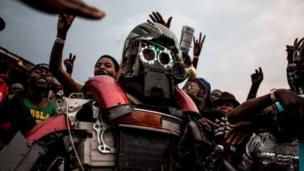 One Congolese festival-goer dress as robot to attends di Amani Festival wey dem do February 9 to 11, 2018 inside Goma.