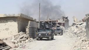 سيارتان تابعتان لجهاز مكافحة الإرهاب داخل المدينة القديمة تنتظران الأوامر بالتقدم.