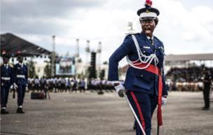 شرطية نيجيرية في زي المراسم