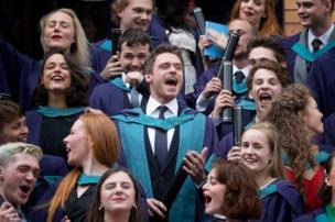 बॉडीगार्ड और गेम ऑफ थ्रोन्स के स्टार रिचर्ड मैडैन को ग्लासगो की एक यूनिवर्सिटी ने डॉक्टरेट की मानद उपाधि से सम्मानित किया है.