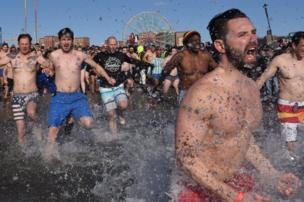 مستحمون يركضون في المياه المتجمدة