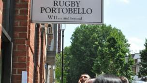 Les rescapes ont été regroupes au Rugby Portobello a des centaines de mètres de l'immeuble en feu.