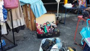 Una maleta con marionetas.