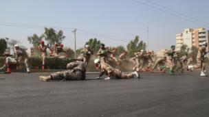 اطلق المهاجمون النار من متنزه قريب على موقع الاستعراض العسكري