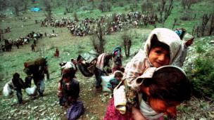 لقطة للاجئين أكراد فروا على مقرب من الحدود العراقية التركية في تسعينيات القرن الماضي.