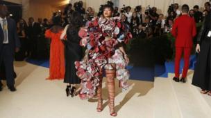 メトロポリタン美術館の衣装研究所の運営資金集めを兼ねたイベントに、歌手リアーナさんは「コムデギャルソン」のドレスを着て到着