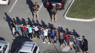 Alumnos son llevados en fila a un lugar seguro