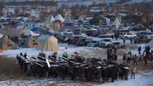 Standing Rock Sioux (Duran Kaya) kabilesi ve çevreciler, doğal koruma alanından ve su kaynaklarından geçeceği gerekçesiyle petrol boru hattı projesine karşı çıkıyordu