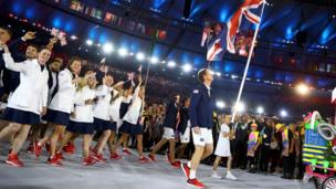 Andy Murray leads British team into the stadium