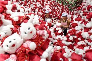 Pekerja membuat boneka mainan untuk ekspor di dalam pabrik di Linyi, Provinsi Shandong, China.