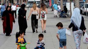 سيدات لبنانيات يتنزهن في بيروت