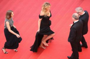 Julia Roberts barefoot on the carpet