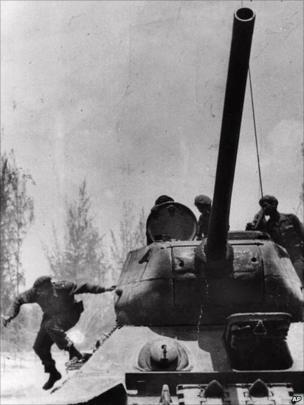 Fidel Castro pula de um tanque ao chegar em Giron, Cuba, perto da Baía dos Porcos