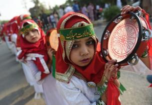 পাকিস্তানের মুসলিম একটি মেয়ে করাচিতে ঈদ-এ মিলাদুন্নবীর র্যালিতে।