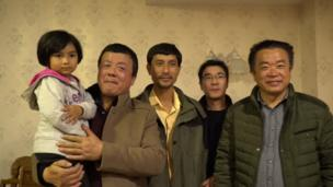 王琪在家鄉的晚輩親屬和王琪的二兒子及小孫女合影