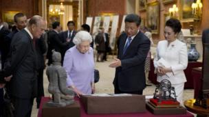 英國女王和愛丁堡公爵菲利普親王2015年陪同訪英的中國領導人習近平夫婦參觀一件和中國有關的收藏文物