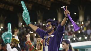 پشاور زلمی نے پہلا ایلیمنیٹر جیت کر بدھ کو دوسرے ایلیمنیٹر میں اپنی جگہ بنا لی ہے اور کراچی کنگز کا سامنا کرے گی۔ اُس میچ کی فاتح ٹیم ٹورنامنٹ کے فائنل میں آسلام آباد کے مدِمقابل ہوگی۔