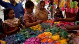 vendors sell coloured powder in Karachi