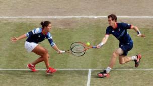 Laura Robson na Andy Murray wa Uingereza wakishindana dhidi ya Christopher Kas na Sabine Lisicki wa Ujerumani katika mechi ya nusu fainali ya mchuano wa tenisi wa wachezaji wawili kila upande katika michezo ya Olimpiki mjini London