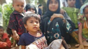 3 yaşındaki Ümmü Habibe... Annesi şiddetin travmasından uzak tutmak için makyaj yapıp onu eğlendirmeye çalışıyor. Mülteci kampındakilerin çoğu kadın ve çocuk.