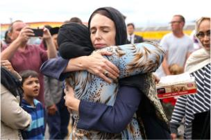 নিউজিল্যান্ডের প্রধানমন্ত্রী জাকিন্দা আর্ডেন ওয়েলিংটনের মুসলমান সম্প্রদায়ের এক নারীকে আলিঙ্গন করছেন
