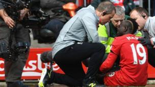 Le footballeur Sadio Mané se blesse lors du match de son équipe Liverpool contre Everton. Le Sénégalais ne terminera pas la saison de la Premier League.