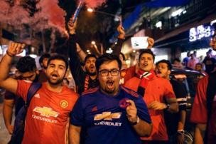 مشجعو كرة قدم في الهند يحتفلون بفوز فريقهم الإنجليزي المفضل
