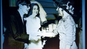 Stephen Hawking e Jane Wilde no casamento, em 1965