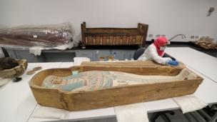 ترميم مقتنيات مقبرة الملك الشاب توت عنخ آمون
