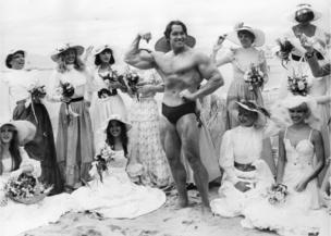 阿諾德·施瓦辛格在沙灘上「秀肌肉」(25/5/1977)