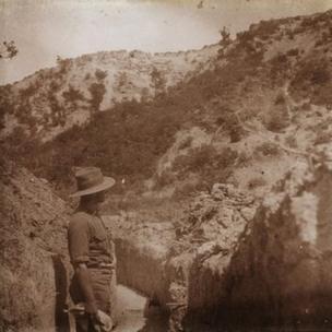 Bir İngiliz askeri Şarapnel Vadisi'ne bakıyor, Mayıs 1915