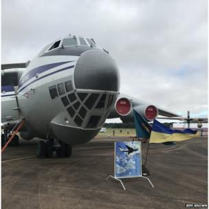 Іл-76 стояв на землі, поки Су-27 показував фігури вищого пілотажу