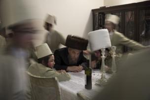 شباب يهود يرقصون حول طاولة